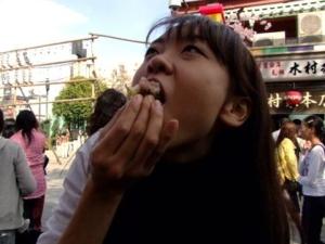 何か食べている佐藤茉莉さん